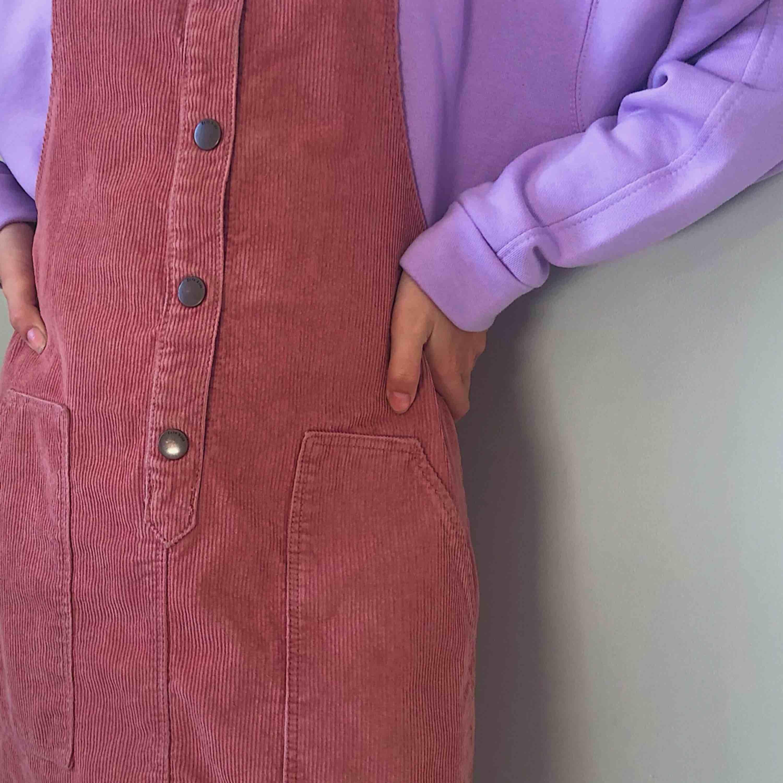 🎀Jättefin hängselklänning från Zara. Klänningar.