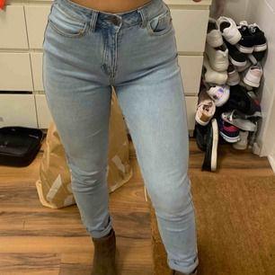 Mom jeans från Zalando. Endast använda en gång pga för stora. Lite större än 34 anser jag, beroende på hur tight du vill att de ska sitta! :)