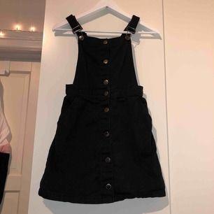Klassisk hängselkjol/pinafore i svart jeans/denim material från h&m! Kjolen har fickor och reglerbara axelband! Frakt tillkommer🥰