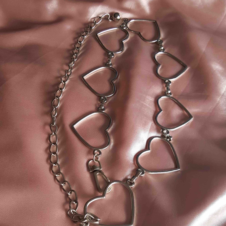 Skitsnyggt bälte med hjärtan, mycket svårt att hitta i butik. Köparen står för frakt . Accessoarer.