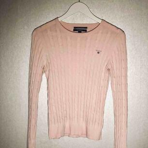 Ljusrosa kabelstickad tröja från Gant. Fint skick. Köparen står för frakt.