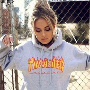Trasher hoodie, ny skick säljes för den inte passar. Använd 2 gånger. (Bilden är inte min) kan skicka bilder det är vara att skriva. Och såklart äkta. Frakt tillkommer ca 60-70kr😊