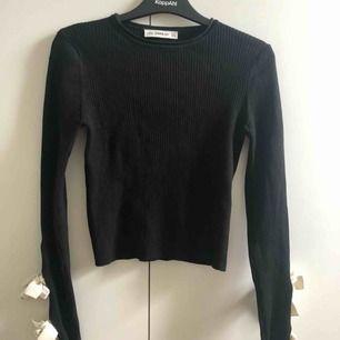 Superfin tunn croppad stickad tröja från Zara, långa armar med två knyten på vardera ärmslut. Som ny i skicket och använd ca 2 ggr. Köpare står för frakt och betalning sker via swish!!