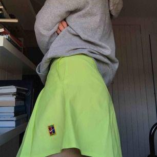 Kort, neongrön tenniskjol från Nike. Sparsamt använd och i gott skick. Köparen står för frakt eller möts i Gbg ✨