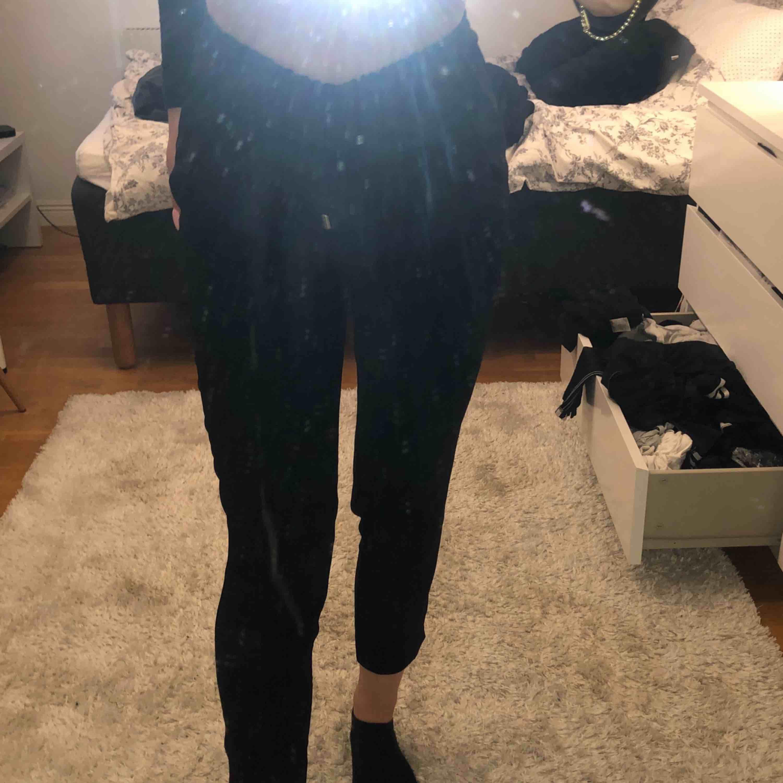 Kostymbyxor med dragsnöre i midjan, från Zara.  Frakt tillkommer . Jeans & Byxor.