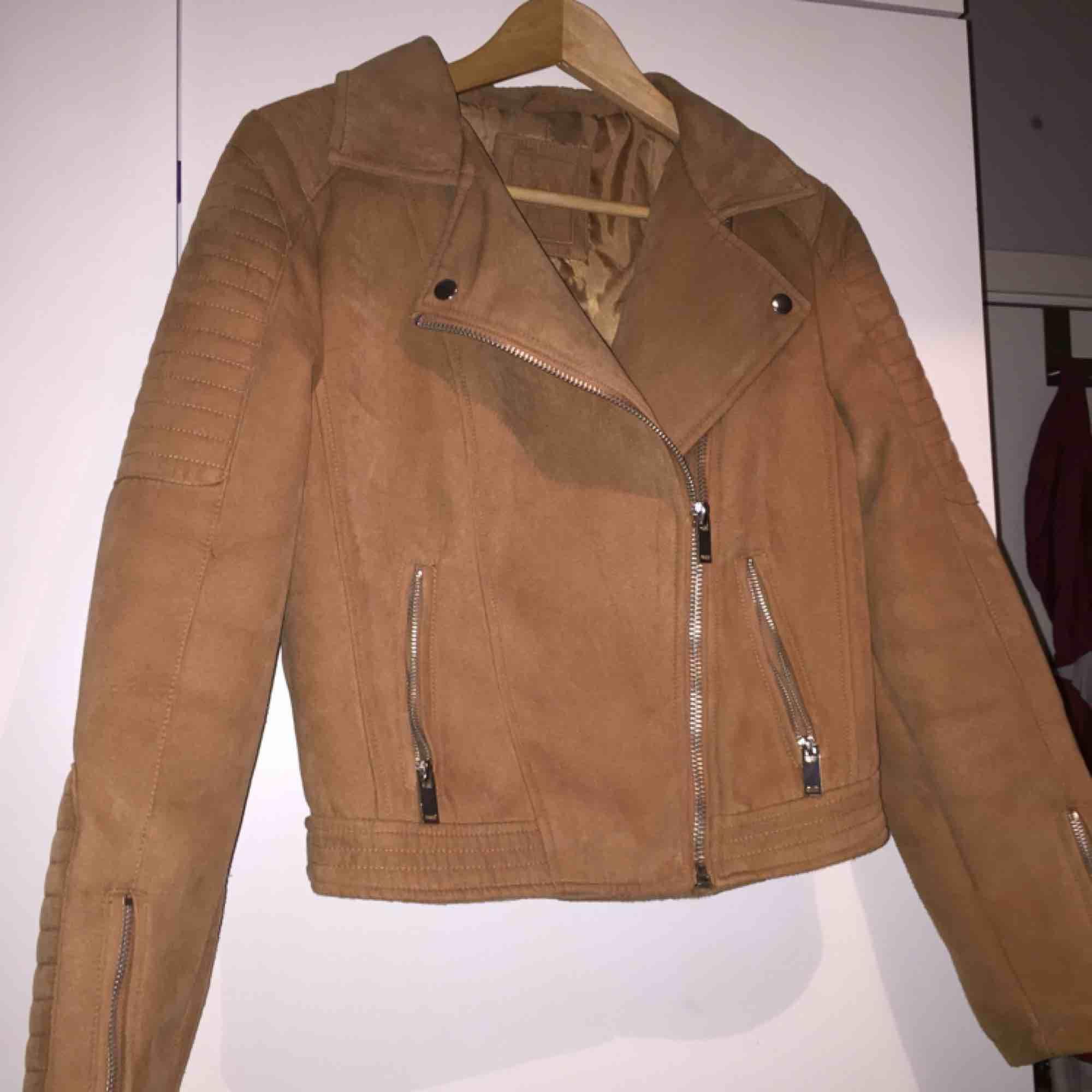 Oanvänd jacka i mocka imitation ifrån Cubus i storlek 38. Säljs då den aldrig används. Hämtas i Göteborg. Jackor.