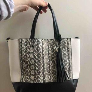 Trendig och SNYGG väska från Victoria's Secret, använder ej därav säljer. Som ny då den är använd max 5 ggr. Långt band finns och den köptes för ca 750kr. Köpare står för frakt!!