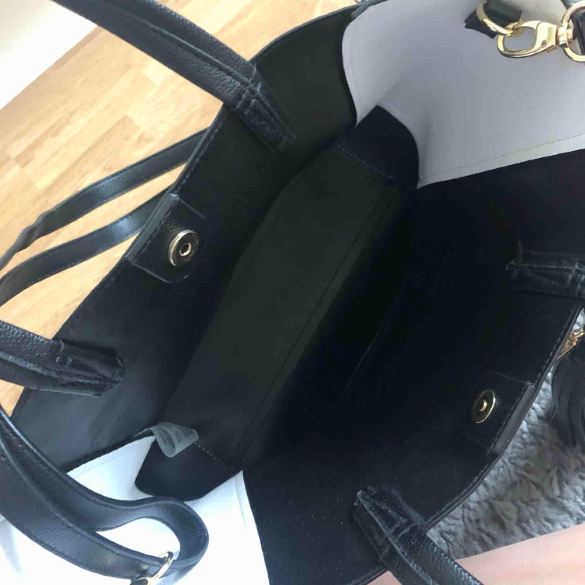 Trendig och SNYGG väska från Victoria's Secret, använder ej därav säljer. Som ny då den är använd max 5 ggr. Långt band finns och den köptes för ca 750kr. Köpare står för frakt!!. Väskor.