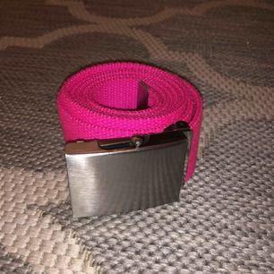 Neon rosa bälte/skärp i hållbart tyg som passar de flesta storlekar! Kabinspänne i silver. Frakt tillkommer