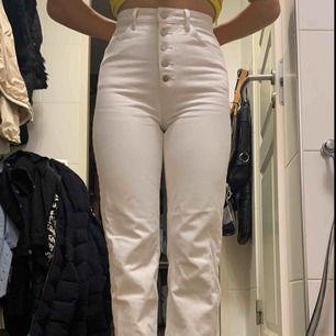 Högmidjade, vita, raka jeans från Lindex! Använda 2 gånger. Knappar istället för dragkedja & mycket bra kvalite!