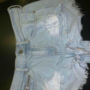 Ljusblå jeansshorts från H&M! För små för mig så jag har aldrig använt dem, tyvärr