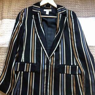 Garderobsrensning! Kavaj fr H&M i strl 36! Kan skickas med spårbar frakt vid efterfrågan! Kan även mötas i Sthlm. Skriv för fler bilder. Säljer matchande byxor.