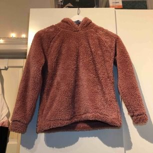 """Super mysig teddy tröja/hoodie/jacka i """"dusty pink"""" (mörkrosa) med luva! Väldigt varm och gosig på hösten! OBS! Den är kort och liten i modellen! Frakt tillkommer"""