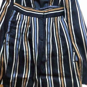 Garderobsrensning! Säljer byxor i strl 34 fr H&M. Skickar med spårbar frakt vid förfrågan! Kan även mötas i Sthlm. Säljer matchande kavaj! Skriv om du önskar fler bilder!
