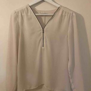 Garderobsrensning! Säljer blus fr Soaked in luxury i strl XS. Kan skicka spårbar frakt vid efterfrågan. Kan även mötas i Sthlm! Skriv för fler bilder!