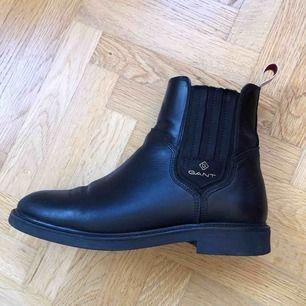 Jag säljer mina fina Gant-boots i modellen Ashley. Skorna köptes i höstas och är i använt men fint skick.   Jag kan mötas upp i Malmö eller posta mot porto 😊