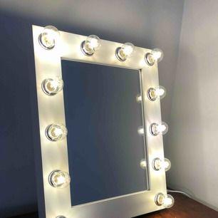 Spegel från sminkspegel.se köpt för ca 1 år sen och är som ny. Spegeln har en dimmer så du kan ställa in hur mycket ljus du vill ha. 2 extra glödlampor medföljer  Hämtas i Helsingborg  Nypris 2200