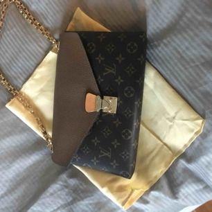 Louis Vuitton jättefin väska, inte använd mycket bra skick. Köparen betalar frakt om den ska skickas ..