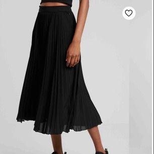 säljer min plisserade kjol från weekday, går att använda lika bra k höst med en stickadtröja!!😍😍