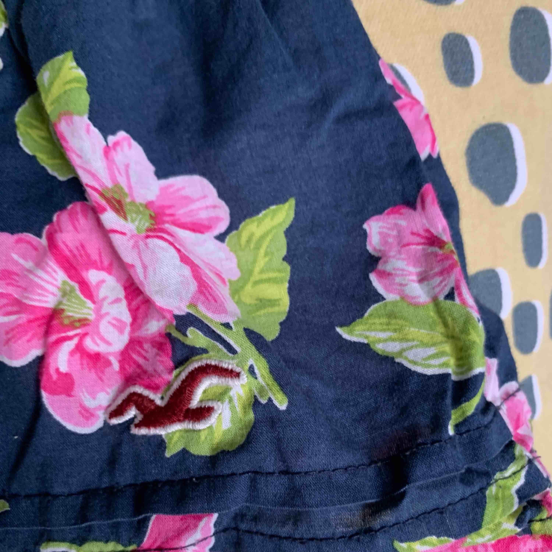 Gulligt linne från hollister. Använd några gång men säljs pga för liten storlek. Frakt ingår⭐️⭐️⭐️. Toppar.