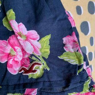 Gulligt linne från hollister. Använd några gång men säljs pga för liten storlek. Frakt ingår⭐️⭐️⭐️