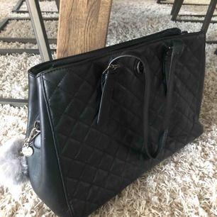 Väldigt fin och rymlig svart handväska från Don Donna:)  Köpt för ca 400kr  Kan mötas i nacka eller i slussen, om köparen vill ha väskan skickad till dig står köparen för frakten  Betalning sker via swish