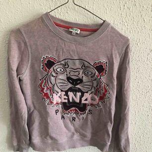 En snygg och cool tröja från Kenzo! Den har fått ett litet hål som jag sydde igen, se bild 3  storlek XS  Köpt för 2100kr  Kan mötas i nacka eller i slussen. Om köparen vill ha tröjan skickad till sig står köparen för frakten:)  Betalning sker via swish
