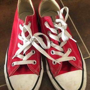 Röda converse i storlek 36.5  Dom ät i väldigt fint skick och är använda ett antal gånger  Köpta för ca 400-500kr  Kan mötas i nacka eller i slussen. Om köparen vill ha skorna skickade till sig står köparen för frakten:)  Betalning sker via swish