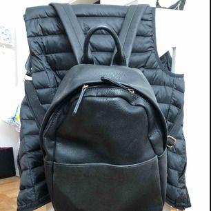 Skinn imiterad ryggsäck med gulddetaljer. Använd 1 gång och därav mycket bra skick. Säljer pågrund av att den aldrig kommer till användning.   Möts upp i Norrköping, annars står köparen för frakten.
