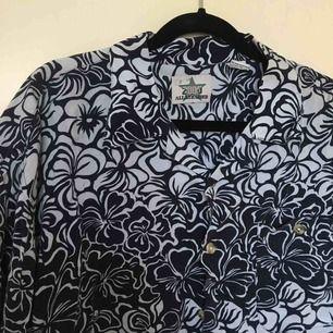 Cropped Hawaii skjorta (färgerna är mörkblå och vit)