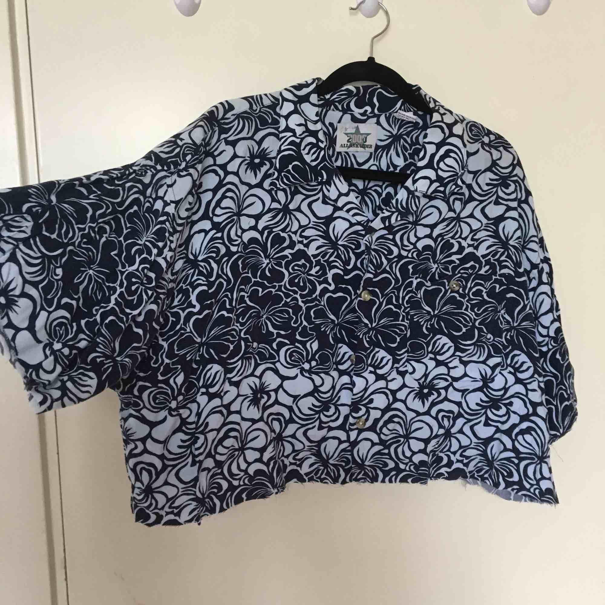 Cropped Hawaii skjorta (färgerna är mörkblå och vit) . Skjortor.