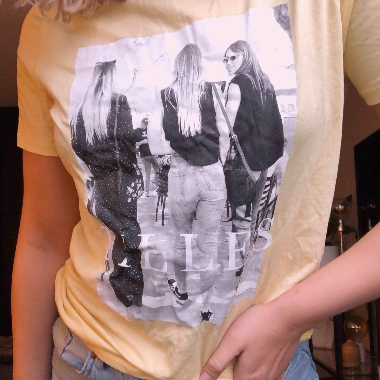 En gul t-shirt med snyggt tryck från Gina-tricot, inköpt i våras och använd fåtal gånger! Frakt betalas av köparen 😊. T-shirts.