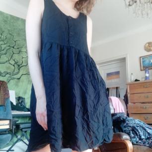 Söt klänning från monki. Lovar att den inte lika skrynklig om den inte ligger i en säljlåda i 1 år 😅 Går att hämta på södermalm eller fraktas för extra kostnad