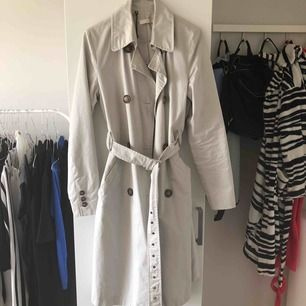 Jättefin grå kappa från Wera Stockholm. Kommer inte till användning. Möts upp i Stockholm, annars stör köparen för frakten.