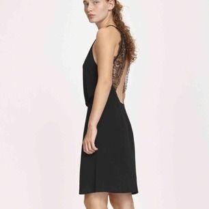 Klassisk svart klänning från SamsoeSamsoe i modellen willow. Aldrig använd.