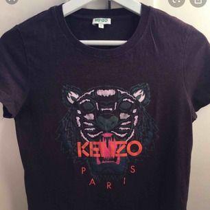 !!LÅNAD BILD Ifrån Google då tröjan är hos en vän men ville lägga upp annons nu!!  Säljer den exakta tröjan som på bilden men i storlek XS passar även en S. Använd fåtal gånger och är i mycket bra skick. Inköpt på Jackie 2017 för 1500kr.