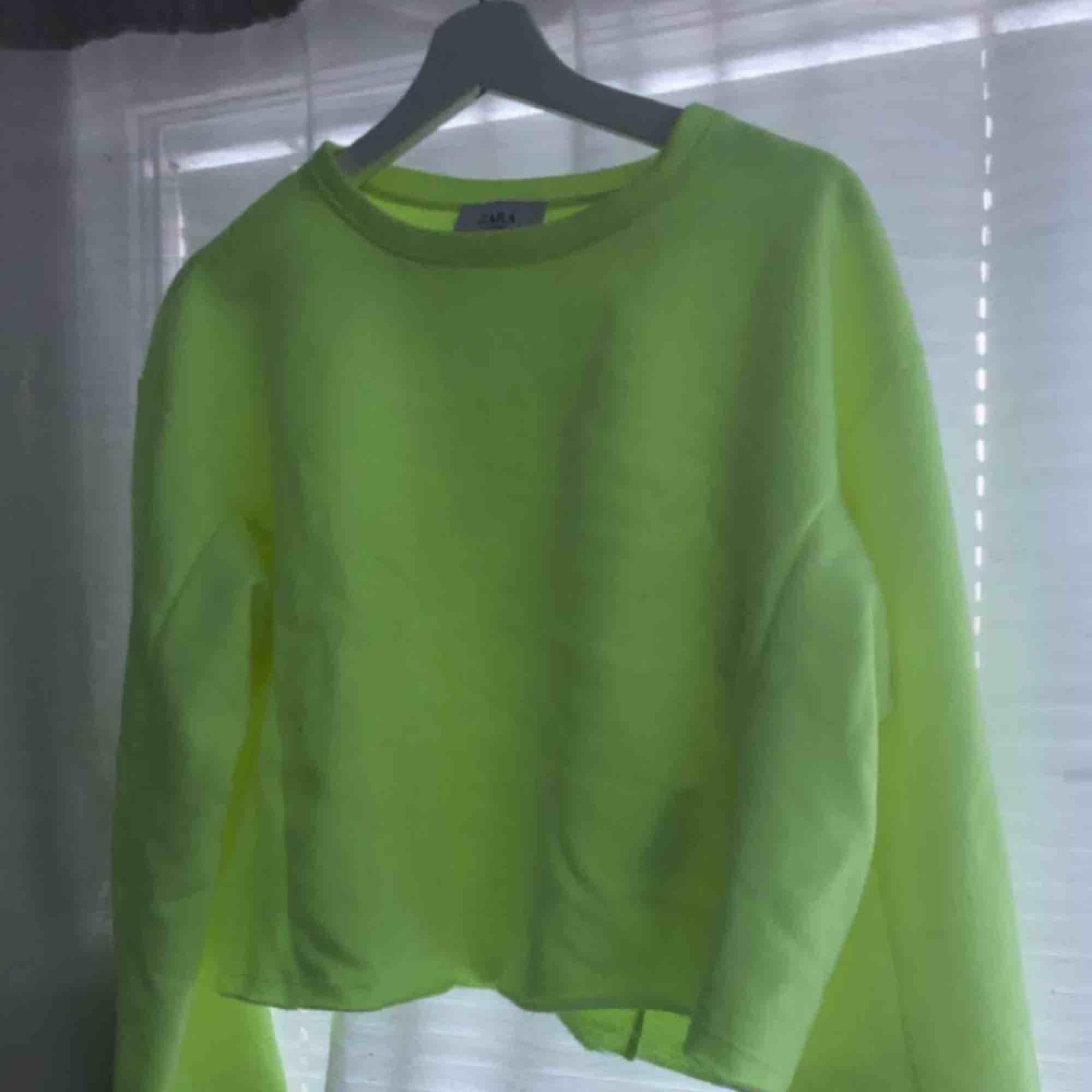 Neongul långärmad tröja från Zara. Endast provat den, dvs absolut nyskick. Nypris 249 kr! Fraktar eller möts upp i sthlm. Huvtröjor & Träningströjor.
