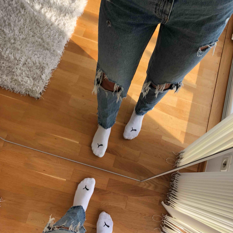 Snygga jeans med slitningar och slits på sidan av benet.. Jeans & Byxor.