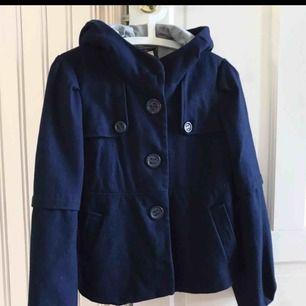 Vintage jacka i mörkblått❤️ stor härlig luva, perfekt för höst