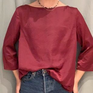 Vinröd blus i silke/satin❤️ elegant med en slits i ryggen. Köpt på jc från crocker, Aldrig använd