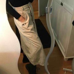 En söt kjol med en anka inbroderad inköpt från second hand Säljes pga inte kommer till användning Frakt inkl