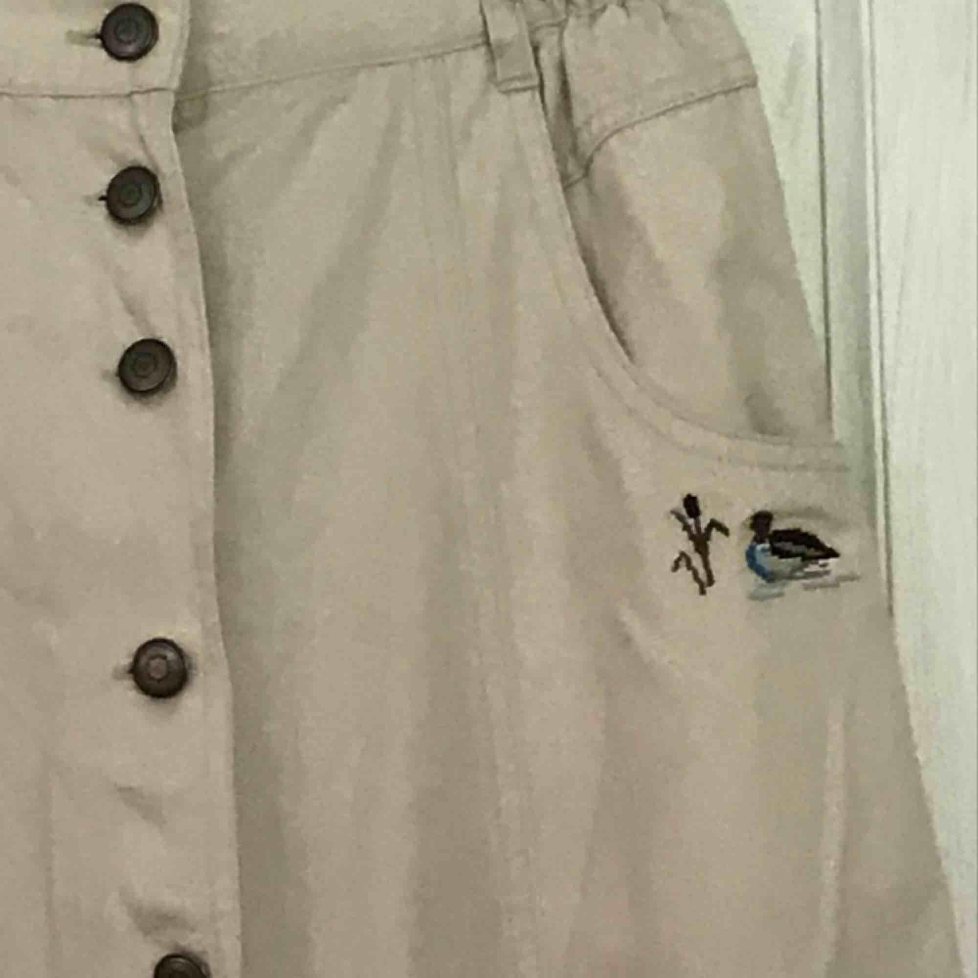 En söt kjol med en anka inbroderad inköpt från second hand Säljes pga inte kommer till användning Frakt inkl. Kjolar.