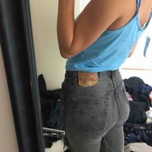 Ett par Levis jeans i grått