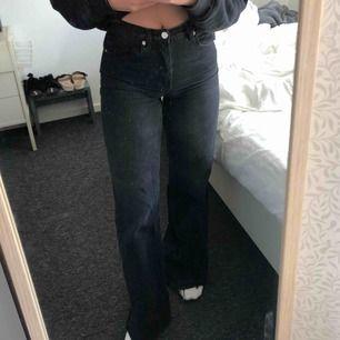 Suuupersnygga jeans ifrån NAKD! Dom är utsvängda och går över fötterna på mig som är 162cm lång! Frakt tillkommer! Endast använda 1 gång!!