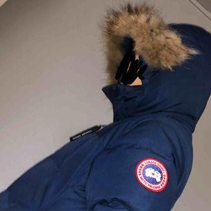 (den är i mörkare blåa men ser ljusare ut då bilderna är tagna med blixt) mörk blåa Canada goose jacka herr strl M passar en S endast använd lite av förra vintern budet börjar på 4000