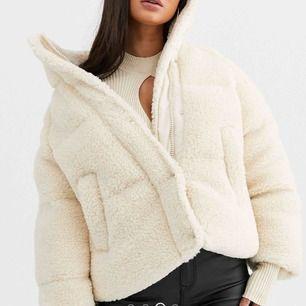 Säljer denna så snygga jackan från ASOS i storlek 36. Knappt använd därför jag tyvärr måste sälja denna... 500kr eller bud. Nyskick! ☺️