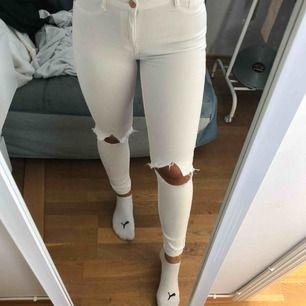 Vita jeans, med hål på knäna. Lite sönder som ni ser på bild 3 därför säljes billigt.