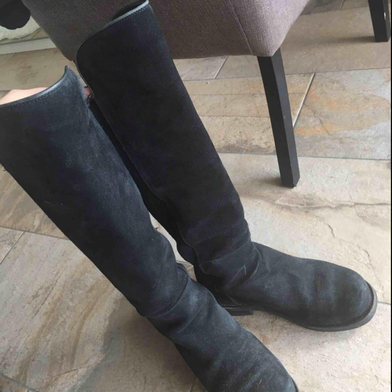 Höga svarta mocka boots från Primeboots, nypris 3700, bra skick!, hämtas hos mig fraktar ej,. Skor.
