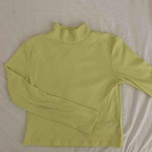 Neontröja i gult från Gina. Färgen gör sig ej riktigt rättvis på bild, mer skrikig i verkligheten. Fint skick, använd 2 gånger. Köpare står för frakt ✨