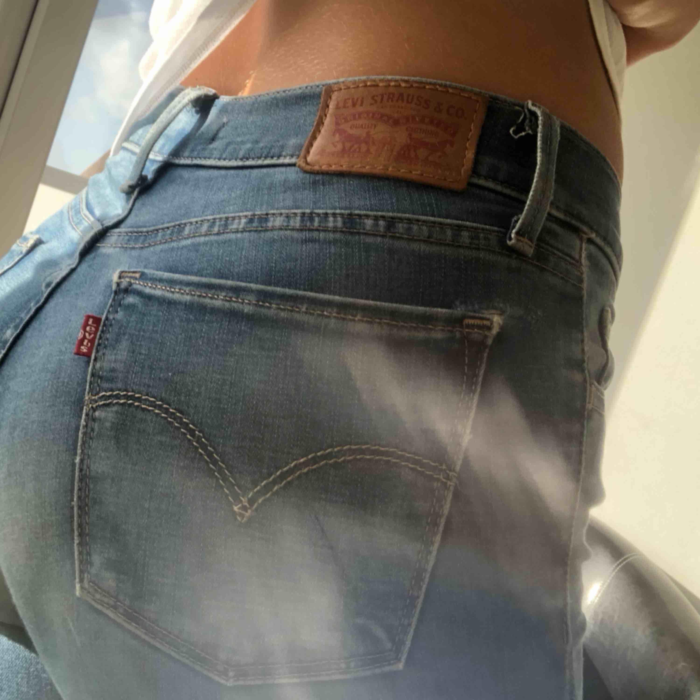 Levis jeans jätte snygga, modell 710. Litet hål som ni ser på bild 3. Jeans & Byxor.